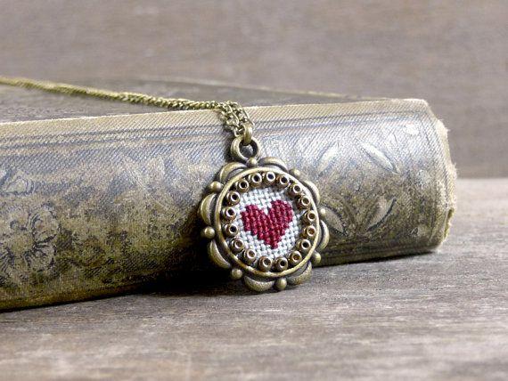 Tiny cross stitch heart necklace Valentine's Day por TriccotraShop