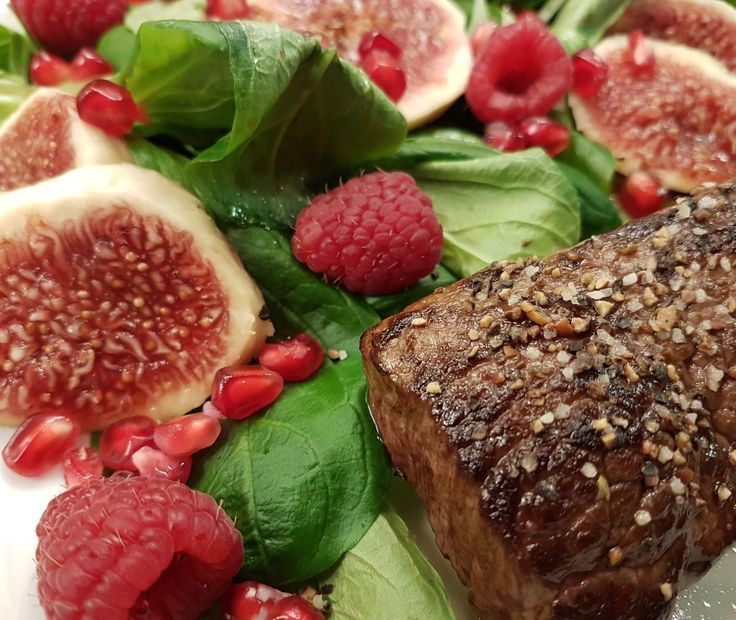 Feldsalat mit Himbeervinaigrette Granatapfel, Himbeeren und  Feigen zum Hüftsteak!