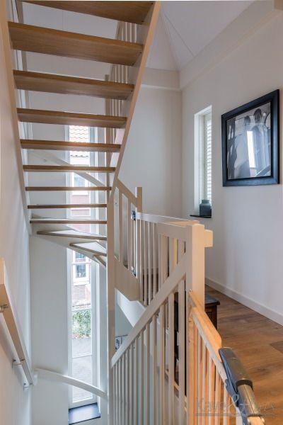 Licht en 'transparant' trapportaal. Klassieke woning, jaren-dertig woning.