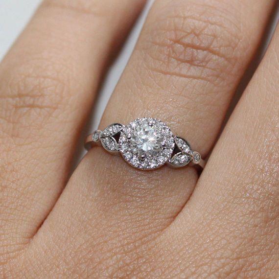 Bague de fiançailles diamant unique « Rome » Bague de fiançailles diamant en or massif 14k / 18k avec un pave diamants halo & feuilles.  Conception mince et délicate. Diamants clairs et brillant. Matériaux: en fron 14k ou 18 k or massif, le diamant central est 0,2 carat diamant taillé, et vingt trois diamants blanc 1,2 mm pureté VS (sans conflit).  Poids total en carats de l'anneau est minimum 0,35 carat  Centrer les paramètres du diamant : couleur E-G, pureté SI, excellente coupe, ...