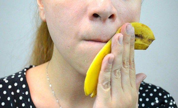 Mnohé výzkumy byly v nedávné době prováděny a prokázaly, že banány jsou velmi prospěšné pro celkové zdraví. Mohou být použity pro různé účely. Co bychom měli vědět je, pozitivní vliv na pokožku. Banánová slupka může být používána například na 7 různých věcí.  1. Používejte ji na odstranění bradavi