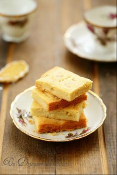 Shortbreads au gingembre (pour une vingtaine de pièces)      200 g de farine T55     130 g de beurre demi-sel mou (ou moitié-moitié avec du beurre doux) si possible de qualité     70 g de sucre semoule     40 g de gingembre confit entier (sans le sucre autour) coupé en petits dés     1 cs d'eau ou de lait
