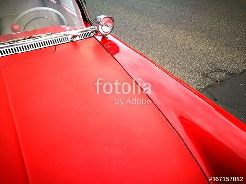 Rote Motorhaube mit verchromtem Suchscheinwerfer einer Opel Rekord P1 Limousine der Fünfzigerjahre beim Oldtimertreffen in Wettenberg in Mittelhessen