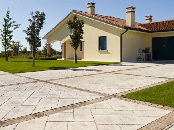 cortile con pavimento in cemento stampato