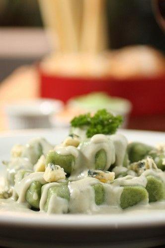 Nhoque de espinafre com molho cremoso de gorgonzola