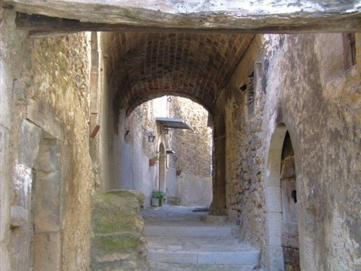I vicoletti di Navelli.... #abruzzo #travel #italy #navelli #zafferano #borghipiubelliditalia #borgo #abruzzosegreto