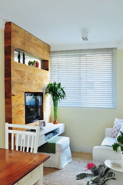 O painel de TV foi executado em madeira de demolição.