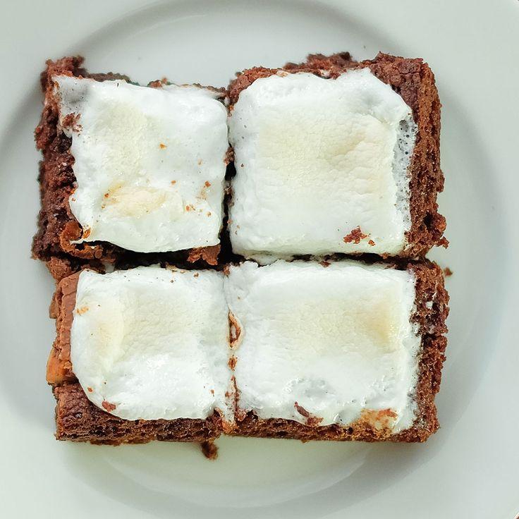 Kombinasi antara brownies kami dengan Marshmallow Fat Free sangat cocok untuk anda yang menyukai brownies dengan tekstur kenyal. Kelembutan dan Kekenyalan Marshmallow diatas brownies kami akan menambah kenikmatan dalam setiap gigitannya. Size : 20 x 20 cm Isi : 16 potong Brownies