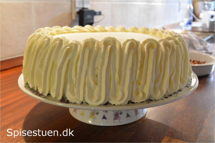 Efterårsagtig og skøn lagkage med fyld afgrov æblemos og flødeskum vendt med makroner, lagt sammen mellem lækre og luftige bunde. Lidt flødeskum på toppen og drysset medhonningristet nøddeknas af…