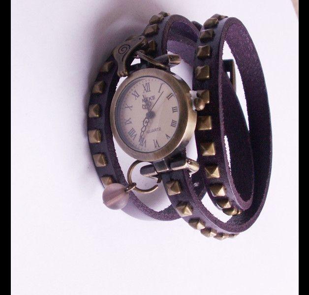 Lila Leder-Wickelarmbanduhr mit Nieten  3- fache Wickelarmbanduhr im Vintage- Style  mit bronzefarbenen Nieten besetzt Die Länge des Armbandes beträgt 42 cm Die Breite des Armbandes beträgt...