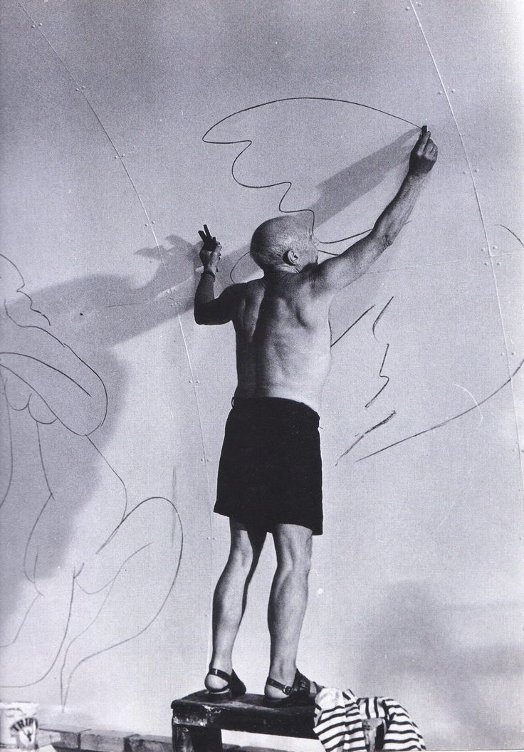 Picasso Drawing gigantically.