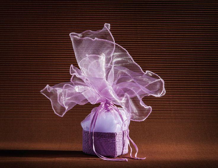 ΜΠΟΜΠΟΝΙΕΡΑ ΨΑΘΑΚΙ     KLJ045022  Μπομπονιέρα για γάμο και βάπτιση από μόβ κρυσταλιζέ οργάντζα μέσα σε μια ψάθινη καρδιά,δεμένη με κορδελίτσα στο ίδιο χρώμα. Διαθέσιμα χρώματα:μοβ,λευκό και ιβουάρ
