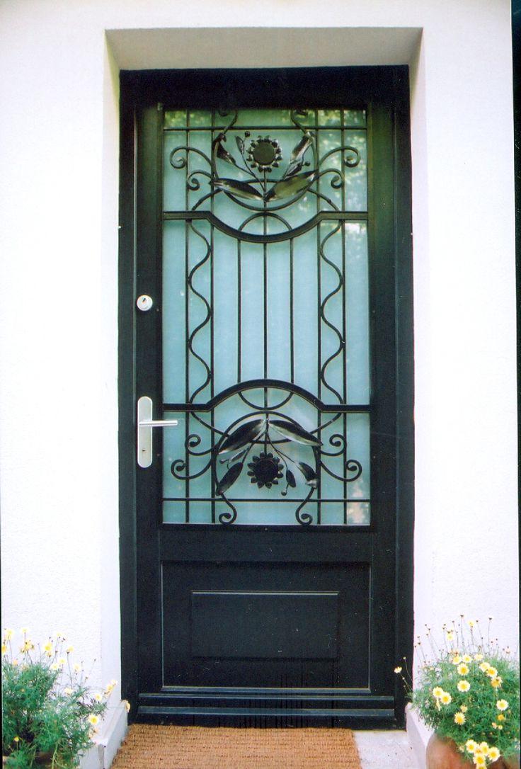 klasszikus bejárati ajtó, eredeti rács felhasználásával