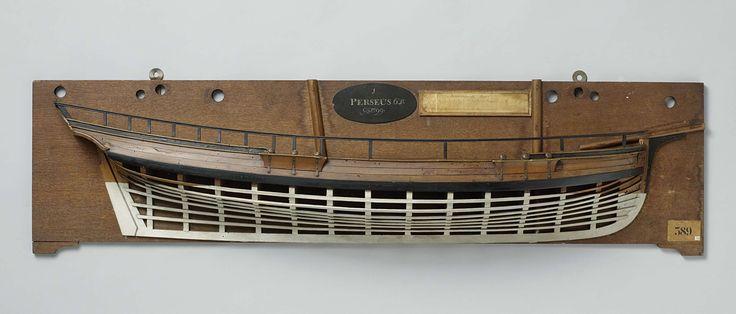 Anonymous | Halfmodel van een schoener van 6 stukken, Anonymous, 1799 | Mallenmodel (stuurboord) van een tweemaster. De huid boven het barkhout is gesloten, het dek is gesloten, het schip heeft een reling. Laag rond voorschip, met kluishout en kluisgaten en de voorsteven opkomend tot verticaal. Gewrongen spiegel, hol wulf, geen details van het hek, geen zijgalerij, sterk vallende achtersteven; recht roer met vierkante roerkoning, kiel met hieling. Zeeg naar beide einden oplopend, zeer hoog…