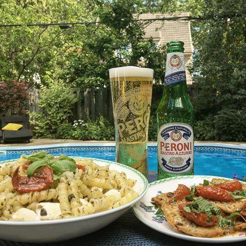 Apéro à l'Italienne 💚  @peroni_ca est la référence mondiale en matière de lager italienne de première qualité.  On est vraiment contents d'enfin pouvoir la savourer à Montréal.  Nos 5 à 7 d'été viennent de prendre une allure méditerranéenne.  #PeroniQC #Peroni #MaisonPeroni #BiereItalienne #Depuis1960 #Commandité