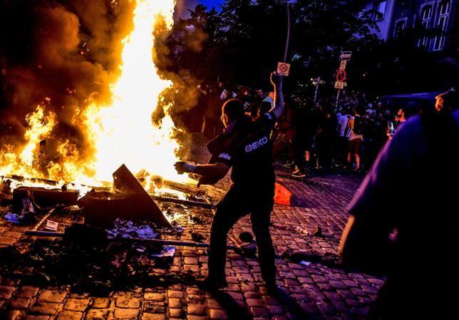 Nocne zamieszki w Hamburgu. Kamienie, barykady, płomienie