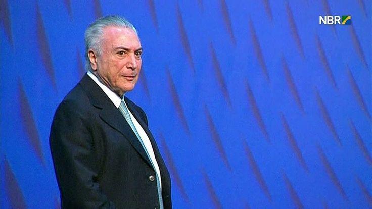 Temer é vaiado no Rio após falar sobre melhoras na economia do país  Durante o pronunciamento, um dos espectadores levantou uma placa com os dizeres 'Fora Temer Golpista. Eleições gerais'.
