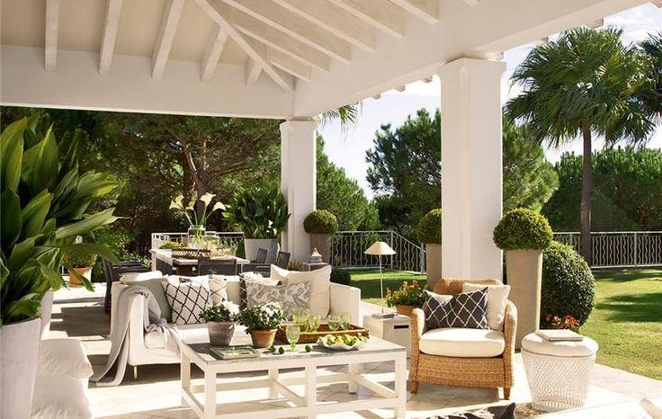 Fotografías de 10 salones al aire libre, en terrazas o jardines cubiertos. 10 formas de aprovechar espacios exteriores para poner un salón todo el año.