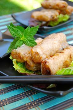 Les nems, à servir dans de belles assiettes, acompagnés de leur sauce et de feuilles de salade... #asian #food #yummy