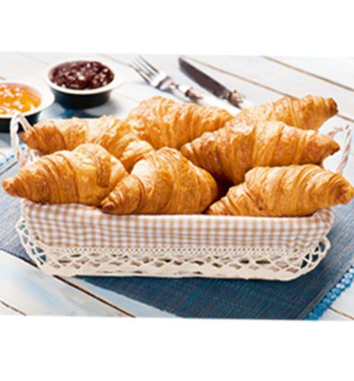Le petit dejenuer - Prawdziwe francuskie śniadanie. Świeży, pachnący, maślany croissant dostępny w sklepach Intermarche. Bon appétit! #intermarche #croissant #śniadanie