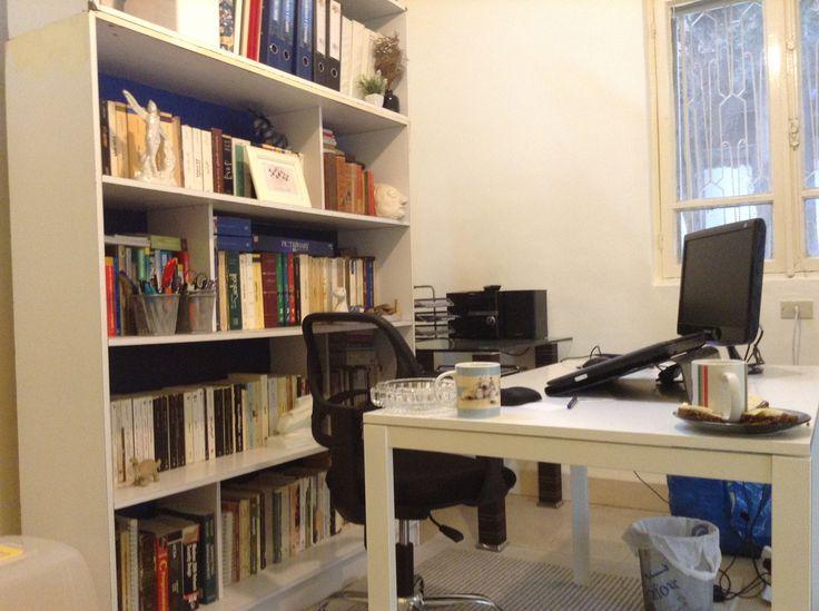 Вопрос 7. Нравится мой кабинет, который еще в процессе, но уже функционален - книги, белая мебель, каменные полы и ковер.