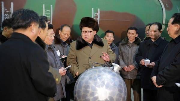 Kim Jong Un, líder del régimen comunista norcoreano, subrayó esta semana la importancia de seguir reforzando la fuerza nuclear. EFE/KCNA http://www.clarin.com/mundo/television-norcoreana-confirmo-terremoto-consecuencia_0_1647435259.html?link_time=1473400670#utm_medium=Social&utm_campaign=Echobox&utm_source=Facebook&utm_term=Autofeed