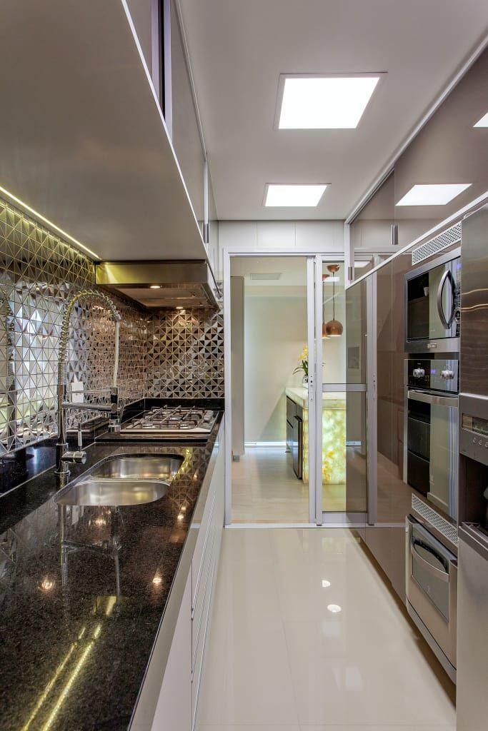 Navegue por fotos de Cozinhas modernas cinza: . Veja fotos com as melhores ideias e inspirações para criar uma casa perfeita.