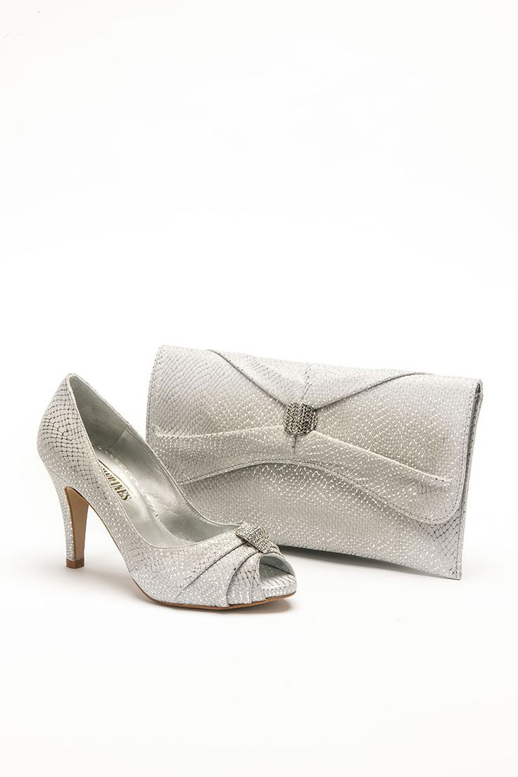 Mid heeled silver shoe with diamonte brooch detail and matching bag. Product code – GS15C Colour – Silver