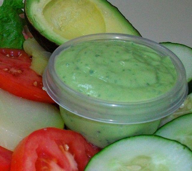 Aliña sana y sabrosamente las verduras crudas o cocidas con este guacamole para ensaladas hecha con aguacate, yogurt, cilantro y limón. Receta fácil.