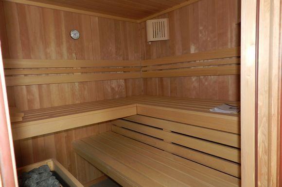 VIZCAYA, ARAKALDO. Casa Rural KutxaTxuri, es un alojamiento que combina diseño moderno en entorno rural. Son 5 habitaciones con baño (una de ellas adaptada), cocina, comedor, salón semi abierto al porche con hamacas y barbacoa y zona de relax (chill-out). Jardín con una pequeña cabaña de madera con #SPA  jacuzzi, duchas y sauna. Situada en una localidad rodeada de naturaleza y cerca de varios parques naturales. A 12 km de Bilbao y a 40 km de Vitoria-Gasteiz. #Vizcaya #Arakaldo…