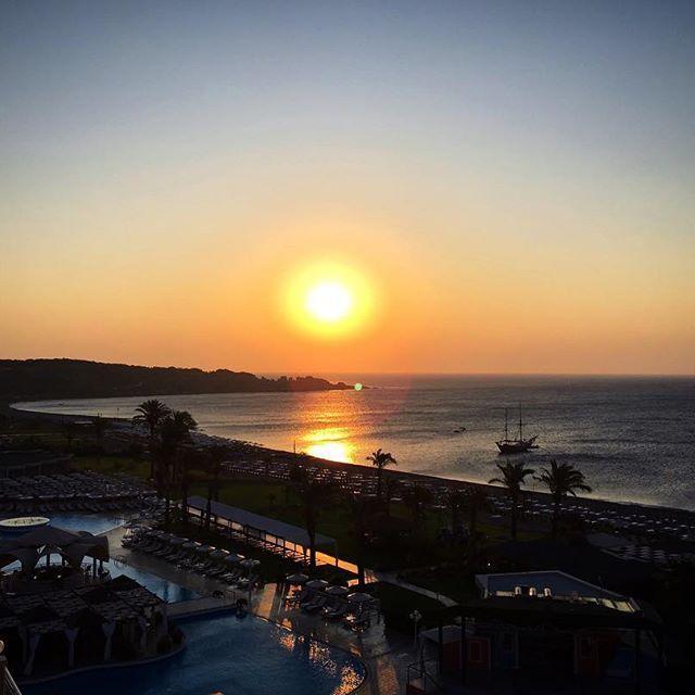 Рассвет с балкона...☺️✨Доброго воскресного утра всем#Доброеутро#Рассвет#Восход#Пляж#Побережье#Море#Красота#Остров#Путешествие#Европа#Родос#Греция#Sunrise#Sun#Sky#Goodmorning#GM#Hello#Beach#Beautiful#Island#Travel#Rhodes#Greece