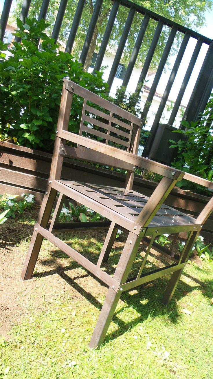 Arredo giardino in acciaio inox con finitura brunita. Ottimo connubio di eleganza e robustezza fatte per durare nel tempo, senza bisogno di manutenzione.