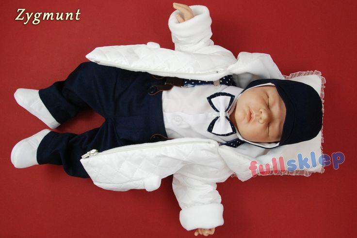 Z szelkami bawełniany strój na chrzest dla chłopca. Spodnie w kolorze ciemno granatowym, kurtka pikowana na polarze, czapeczka z podszyciem do wyboru: bawełniane lub polarowe.
