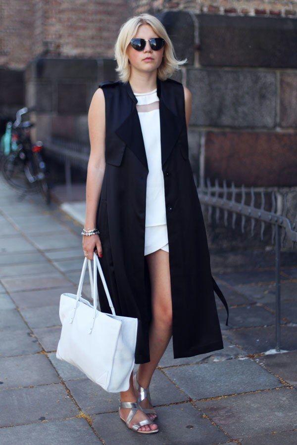 Vestido branco com maxi colete preto fazem o look P&B ficar muito estiloso