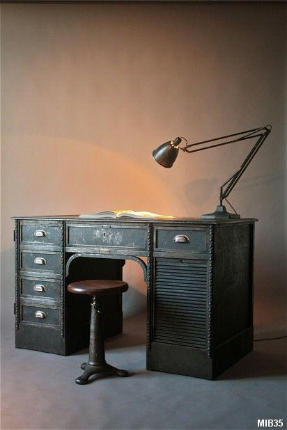 Très beau modèle de bureau de la firme italienne F.I.M.O. fabrique de matériel médical à Turin, vers 1950, belle facture, nombreuses ornementations baroques, 6 tiroirs, rideau coulissant, poignées coquilles, acier brut noirci.  Hauteur: 81 cm.  Profondeur: 69 cm.  Largeur: 135 cm.  2450 €