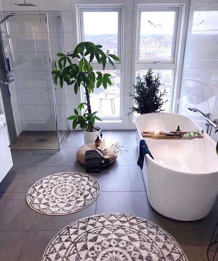 Offene Duschräume, Grünpflanzen, Mandalateppiche und Kerzen machen dieses große …, #Dieses…