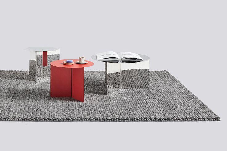 Slit Table XL är ett soffbord från HAY som kompletterar de befintliga, mindre borden väl med sin diameter på 65 centimeter. Tillökningen bjuder på gott om uttrymme på soffbordet, samtidigt som man tydligt bevarat samma härliga formspråk och material. Du väljer mellan neutrala utföranden som vit och svart, alternativt mer dominerande varianter i mässing eller blankpolerat stål.