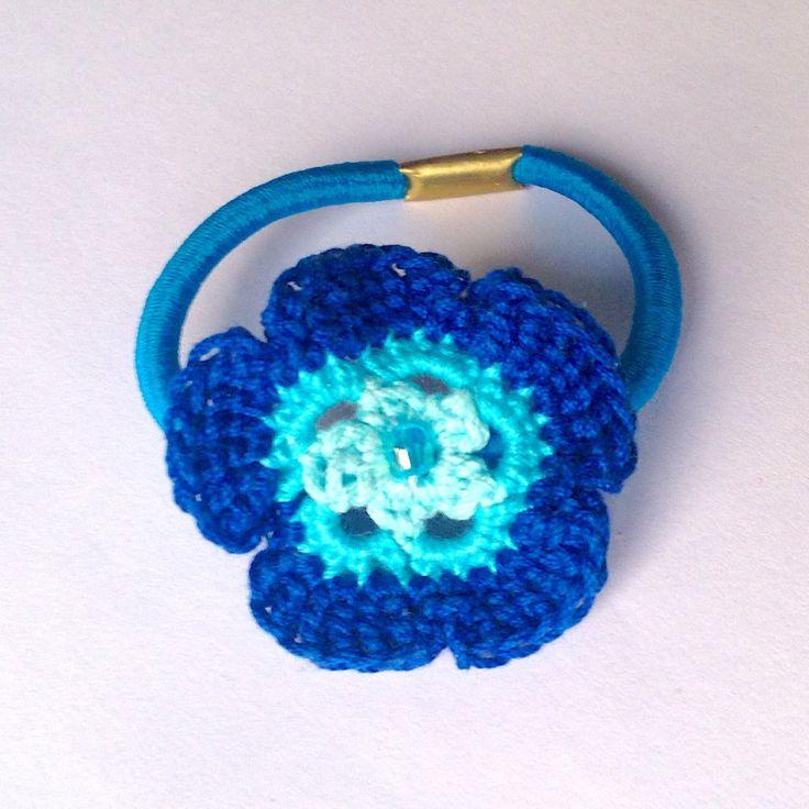 Elastico per capelli con fiore azzurro e blu fatto a mano all'uncinetto con perlina centrale , by La piccola bottega della Creatività, 4,90 € su misshobby.com