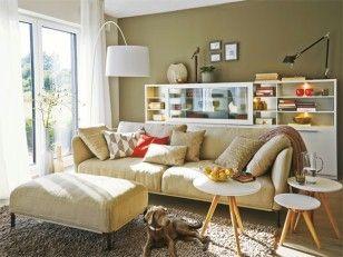 Hier spielt das Leben: Ein Wohnzimmer zum Relaxen  Ein Raum zum Wohlfühlen: Viel Tageslicht, softe Erdtöne und schlichte Möbel machen den Wohnbereich, der direkt an Küche und Essplatz anschließt, so gemütlich.