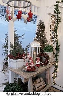 Glassveranda: En julekrans utendørs laget av hesjestreng og juletrepynt av ullfilt