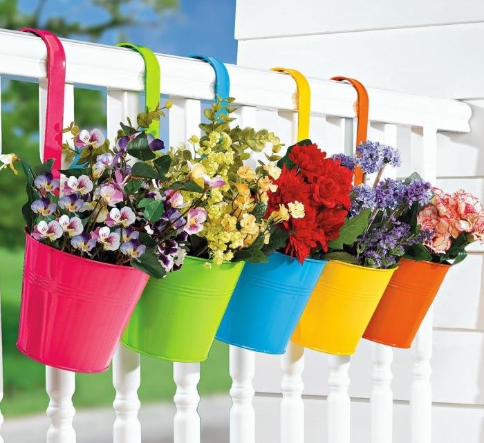 Love these colorful hanging planters! :) Adorable way to store your summer annuals for porch enjoyment