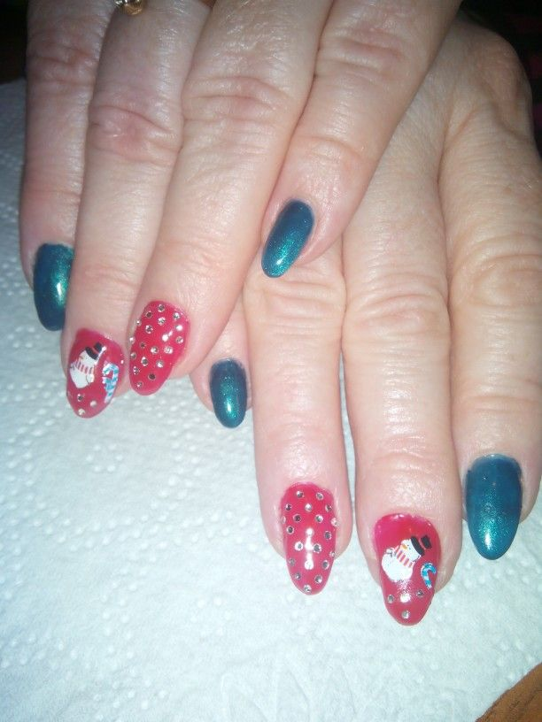 Cute Christmas nails, easy to make with winter stickers! Perfect for a cold, snowy day.