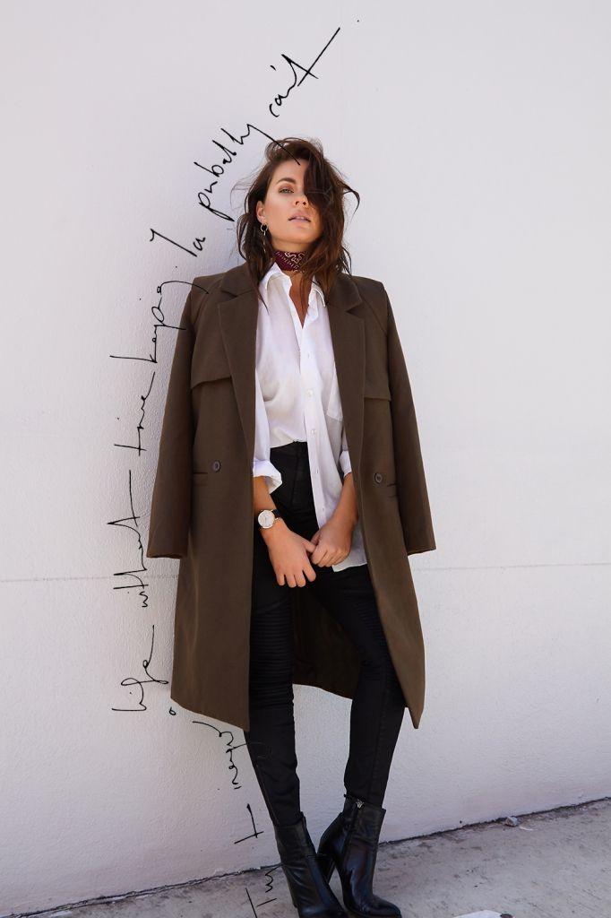 Todo en uno, chaqueta oversize, bandana al cuello, camisa blanca diseño masculino y pantalón negro! Amo esta combinación Miann Scanlan editorial The Time Keeper live on MiannScanlan.com