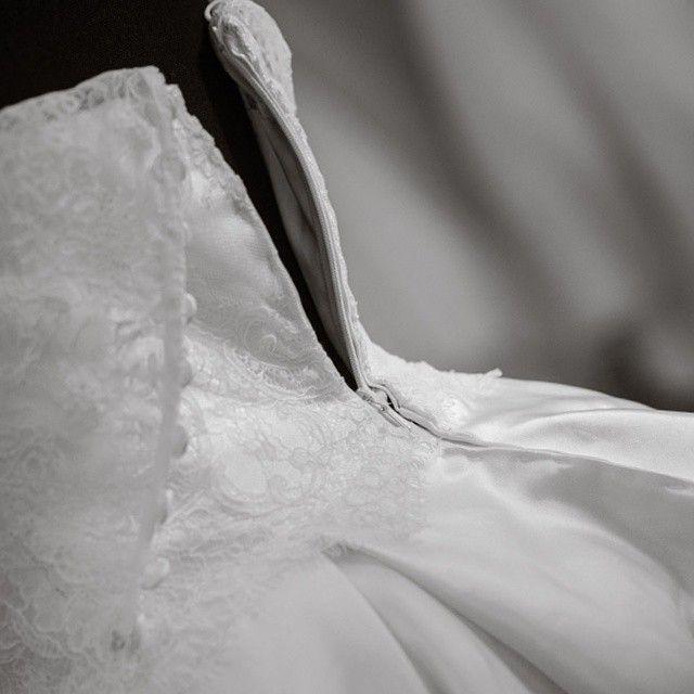 Come nasce una magia ed una storia di passione e amore per il lavoro di #sartoria? Gli strumenti sono: design innovativo, tessuti pregiati #madeinItaly, bottoni, forbici, ago e filo! #atelierbackstage #couturier #designer #fashiondesigner #stilista #sartoria #sarta #sarto #ungiornoinsartoria #cucito