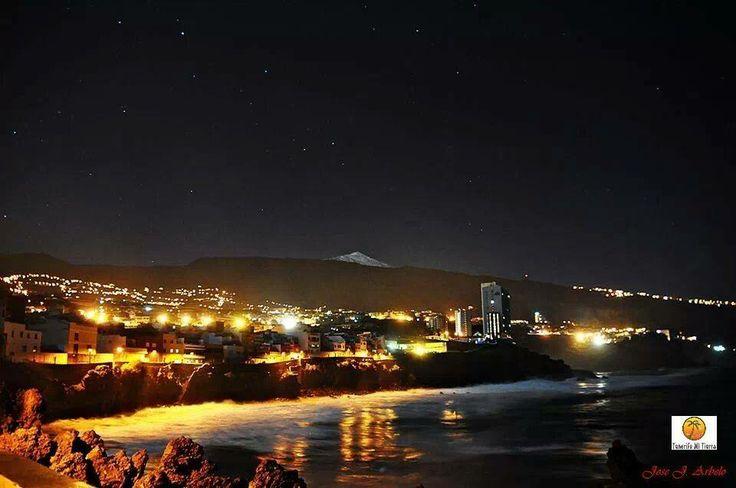 Nachtelijke hemel van Puerta de la Cruz in #tenerife. En zien we daar de #Teide berg op de achtergrond?
