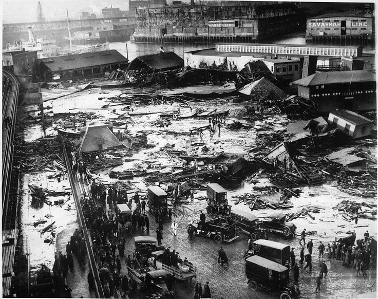 Затопление Бостона патокой случилось 15 января 1919 года после того, как в бостонском районе Норт-энд взорвался гигантский резервуар с мелассой, и волна сахаросодержащей жидкости пронеслась по улицам города со скоростью около 60 км/ч. Жертвами затопления стал 21 человек, ещё 150 попали в больницы.  Катастрофа произошла на алкогольном заводе компании Purity Distilling Company во время постепенной реализации «сухого закона».  #история #США #Америка #Бостон