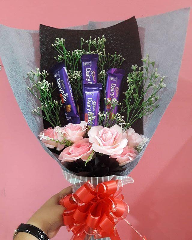 Bouquet Coklat Cadbury Sahabat Boleh Dptkan Di Kedai Hamper Zeeyra Sekarang Berminat Boleh Whatsapp Di 0173054350 Zeeyra Zeeyrahampe Coklat Bunga Seni