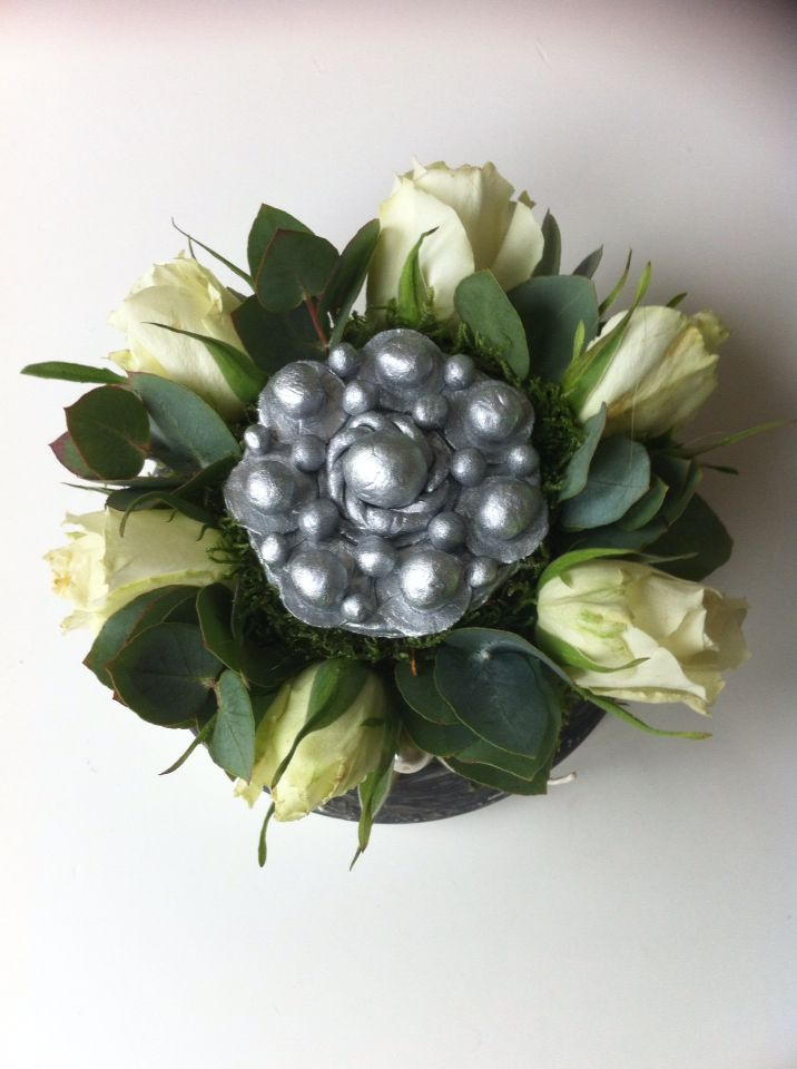 Klein mini bloementaartje met een zeeus knoopje dat ik heb gemaakt van klei!
