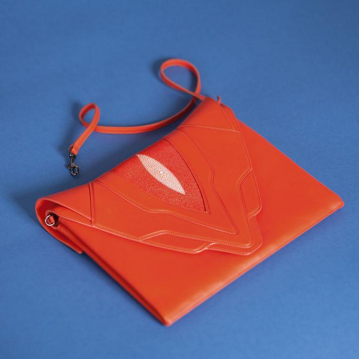 Клатч ELENA GHISELLINI со скидкой 50% на topbrands.ru! Сочный морковный цвет, четкие линии и эффектный дизайн из кожи ската создают стильный аксессуар с уникальным дизайном. #topbrandsru #elenaghisellini #клатч #тренд #скидка