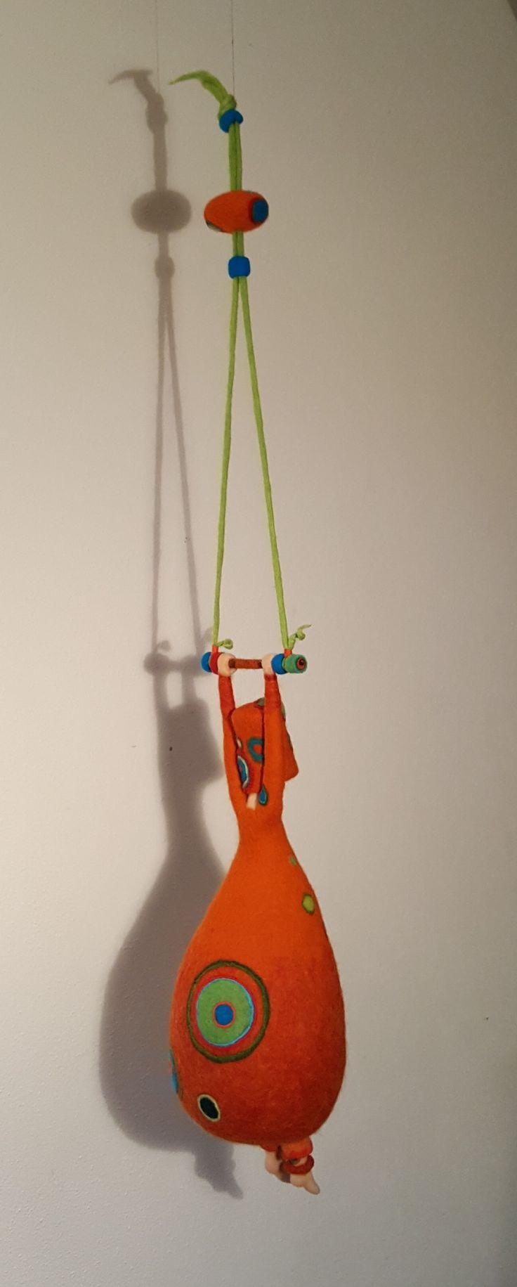 *Just hanging around* made by Paulien Sijtsema-Poort. www.wolinhout.nl.